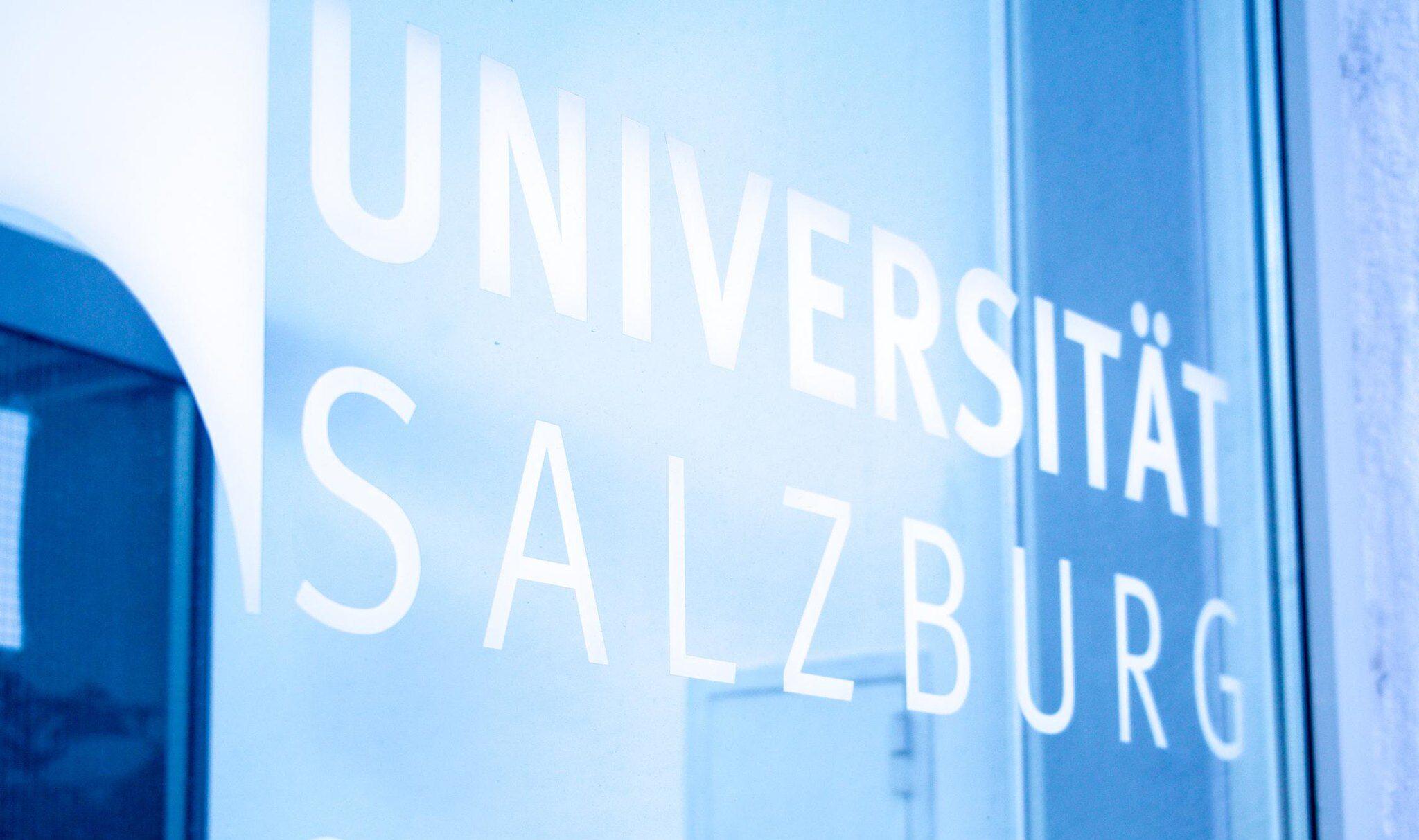 Schriftzug Uni Salzburg auf Glas