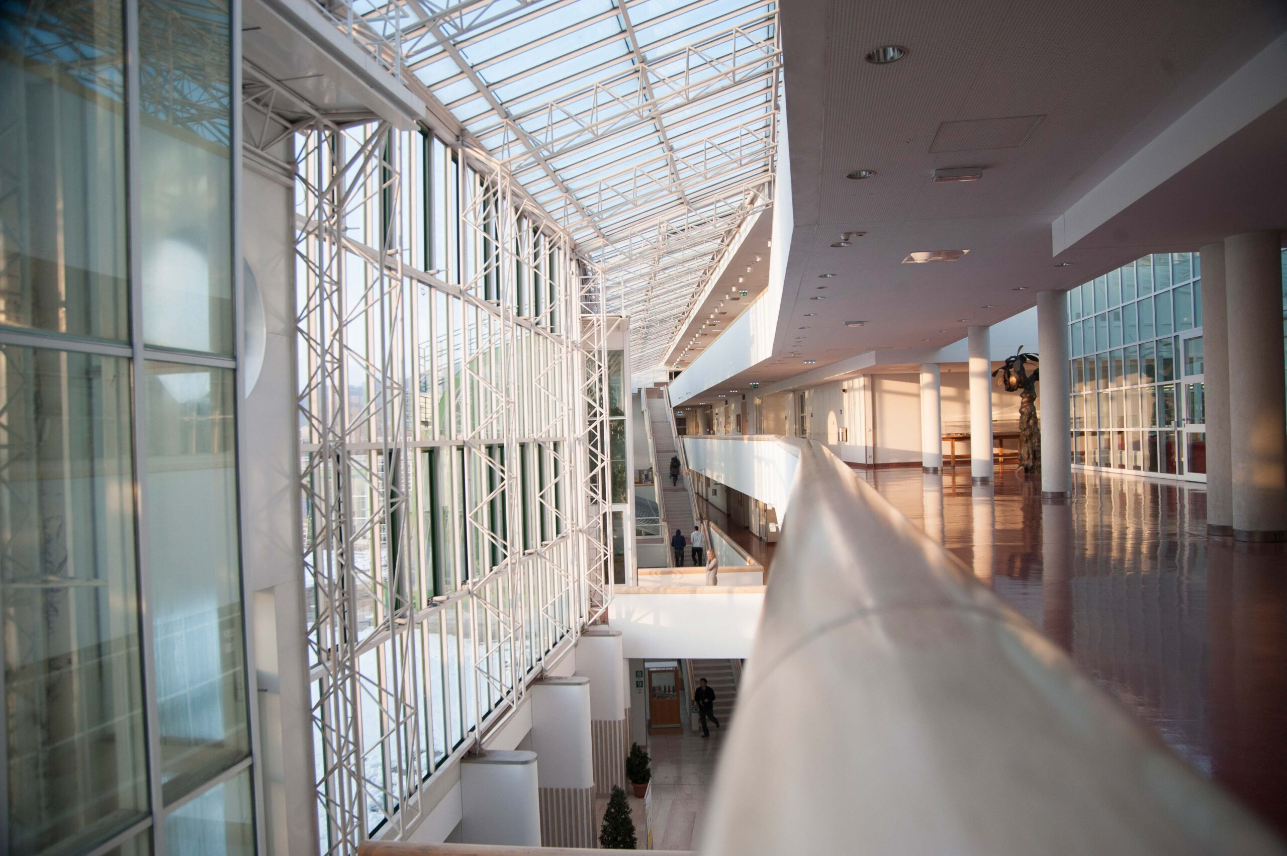 Innenansicht Stiegenhaus Naturwissenschaftliche Fakultät bei Sonnenuntergang
