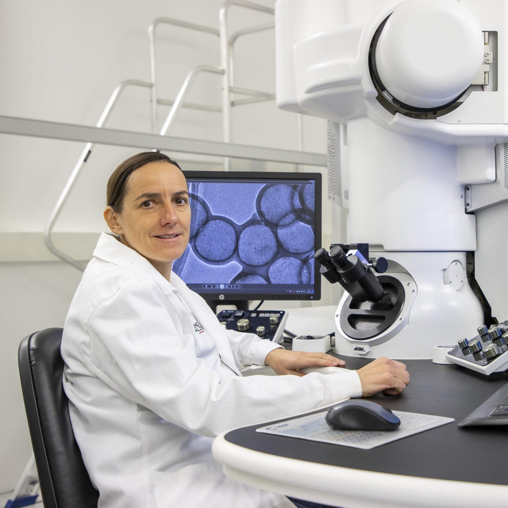 Foto: Simone Pokrant vor dem Mikroskop - Fotonachweis: Kolarik