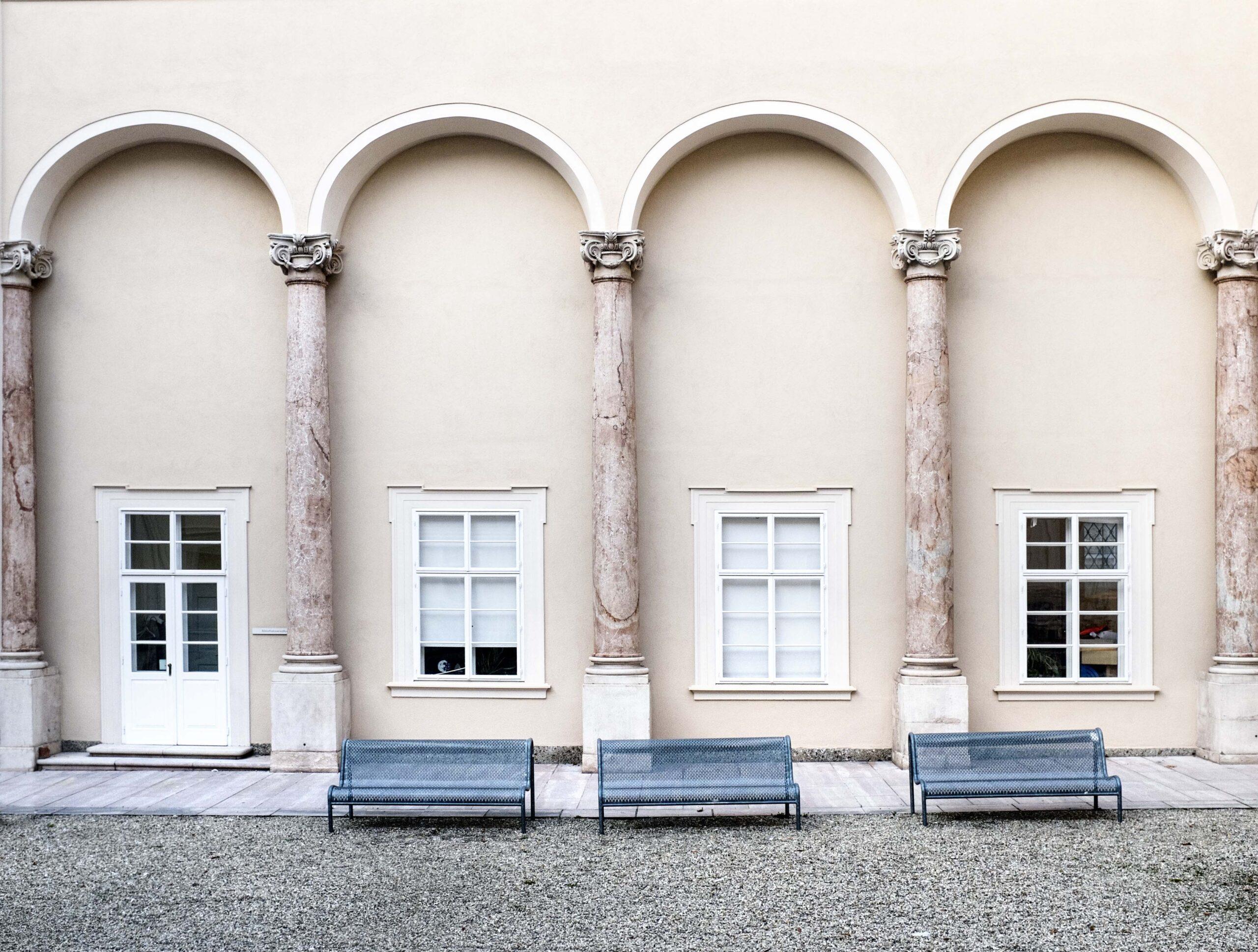 Bänk im Toskanatrakt an der RW-Fakultät an der Uni Salzburg