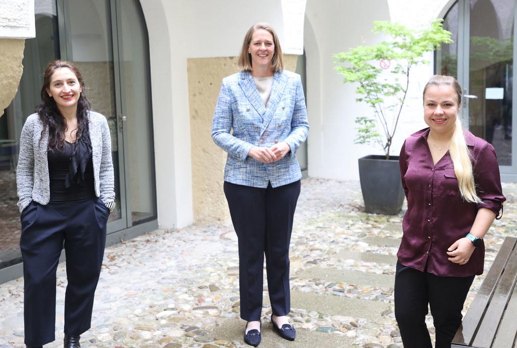 LR Andrea Klambauer im Bild mit Nadine Zwiener-Collins (rechts) und Zoe Lefkofridi von der Universität Salzburg (links)