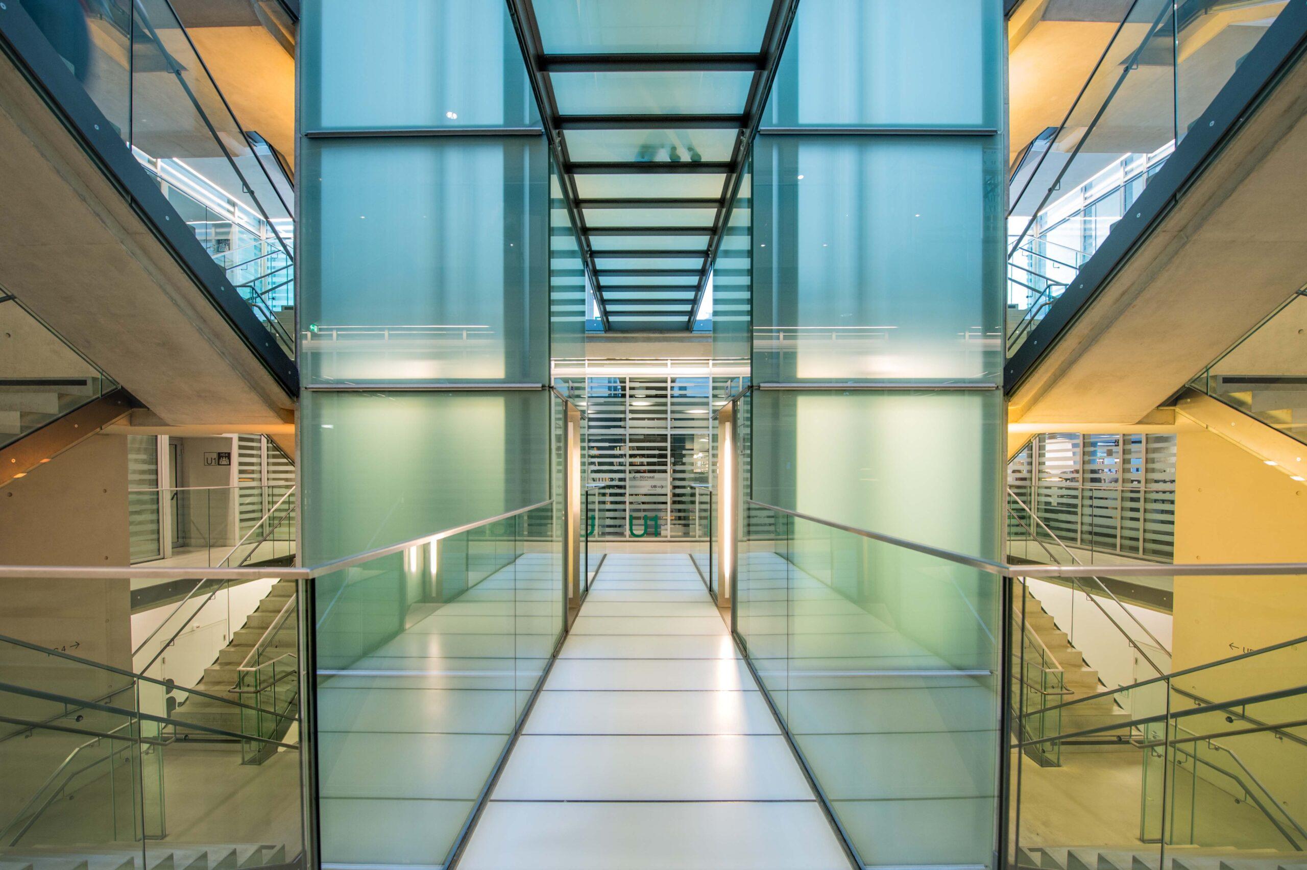 Innenansicht Stiegenhaus und Lift Unipark